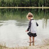Woda!💦 Najlepszy sposób na ochłodę w upalne dni . ☀️Dzieci uwielbiają się pluskać. A także dla mam i tatusiów orzeźwiające jest to, że od czasu do czasu wkładają nogi do wody. ☀️Jednak wraz ze wzrostem temperatury wzrasta również ryzyko szkodliwego promieniowania UV. Stonz odzież UV dla dzieci zapewnia bezpieczną ochronę i jednocześnie świetnie wygląda. Od modnych koszulek kąpielowych po jednoczęściowe kombinezony chroniące przed promieniowaniem UV, w sklepie stonzwear.pl znajdziesz odpowiednią odzież przeciwsłoneczną dla dzieci w każdym wieku:👉🏻stonzwear.pl👈🏻 . STONZ • For every day adventures . 📷@katelyn.faulkner