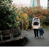 Planowana jest wycieczka z dzieckiem. O czym jeszcze musisz pomyśleć poza trasą? Sprawdź naszą krótką listę kontrolną! ——————————————————————————— ✔️ Wybierz odpowiedni plecak (Plecak miejski Stonz) ✔️ Wybierz wygodne buty (Trampki Stonz Cruiser lub Shoreline) ✔️ Nie zapomnij zabezpieczyć się przed słońcem - krem z filtrem, kapelusz, okulary przeciwsłoneczne (Czapka Stonz UV + okulary przeciwsłoneczne UV400) ✔️ Pamiętaj o odzieży zastępczej (Kombinezon wielofunkcyjny Stonz) ✔️ Woda lub herbata ✔️ Małe przekąski: owoce, paluszki warzywne, suszone owoce, orzechy, paluszki musli ... ✔️Jeśli planujesz piknik, zapakuj koc Czy o czymś zapomnieliśmy? . STONZ • We've got you covered